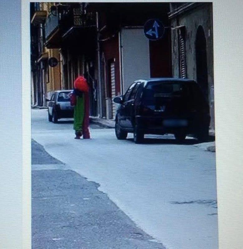pagliaccio che gira per le strade di licata