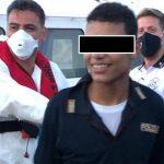 """Migranti, 15enne sbarca a Lampedusa con la maglia della polizia: """"Il mio sogno"""""""
